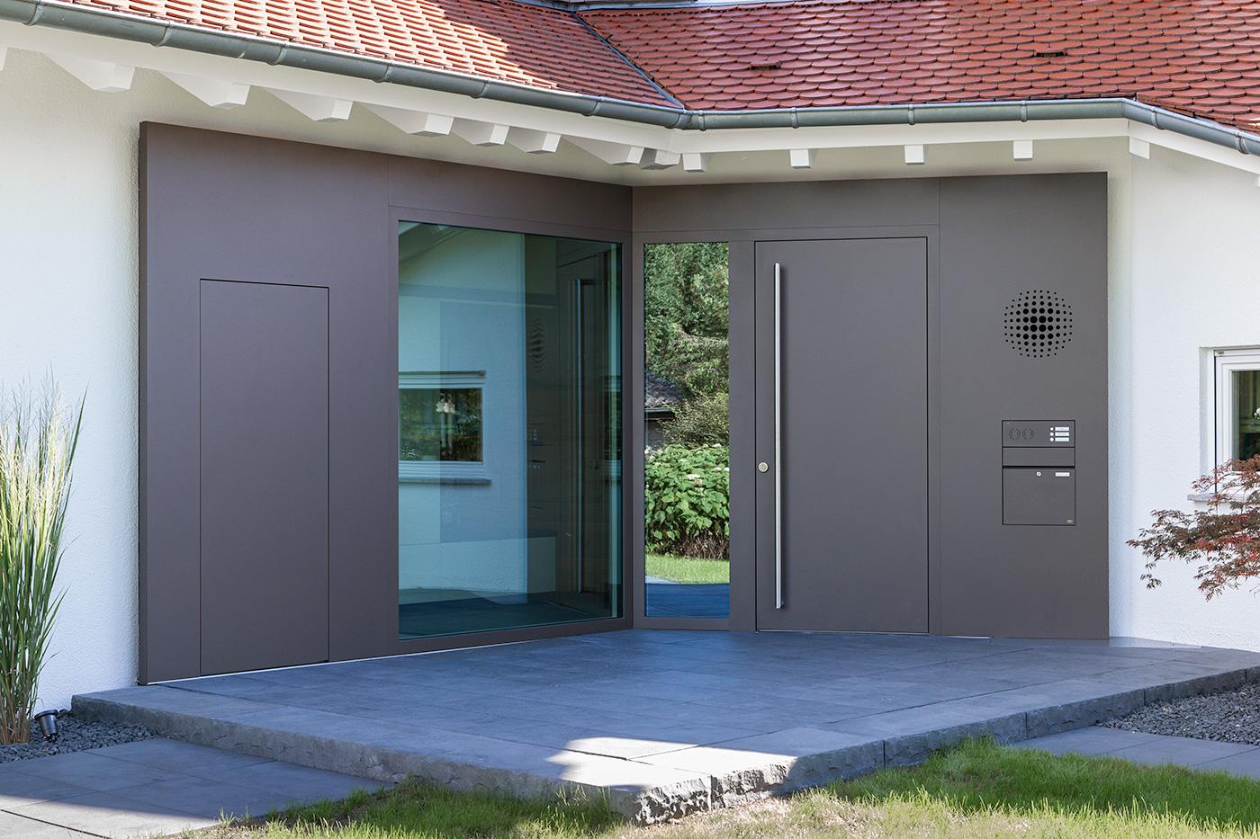 Holz-Aluminium Haustürelement mit Edelstahlstoßgriff