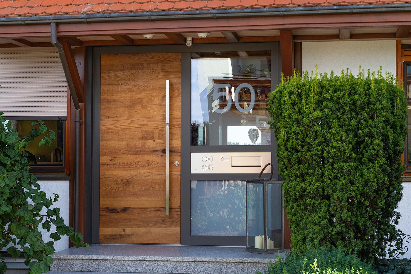 Holz-Aluminium Haustürelement mit Eiche-Altholz Türblatt und Edelstahlbriefkastenanlage